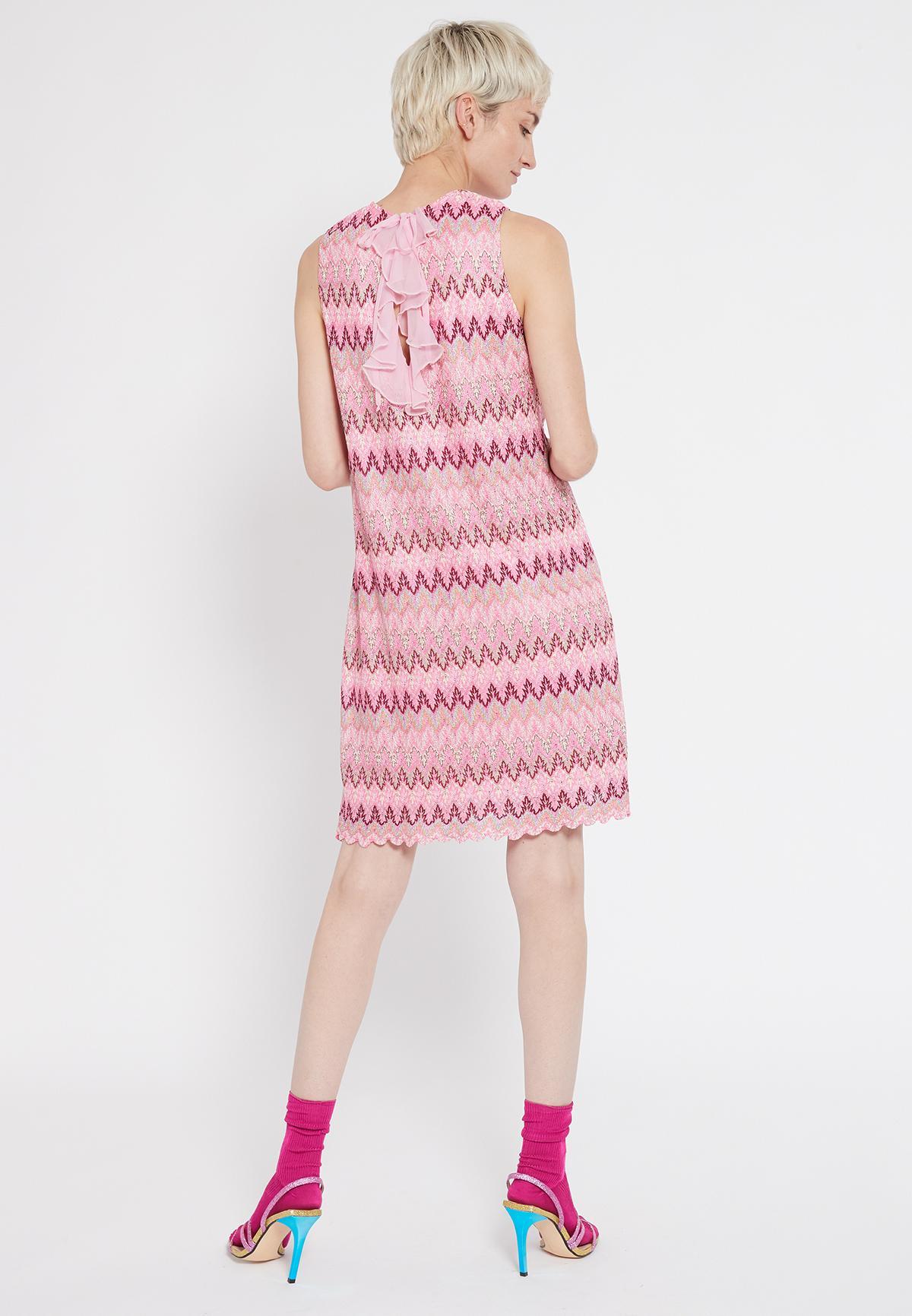 Rückansicht von Ana Alcazar Schlichtes Kleid Sobly  angezogen an Model