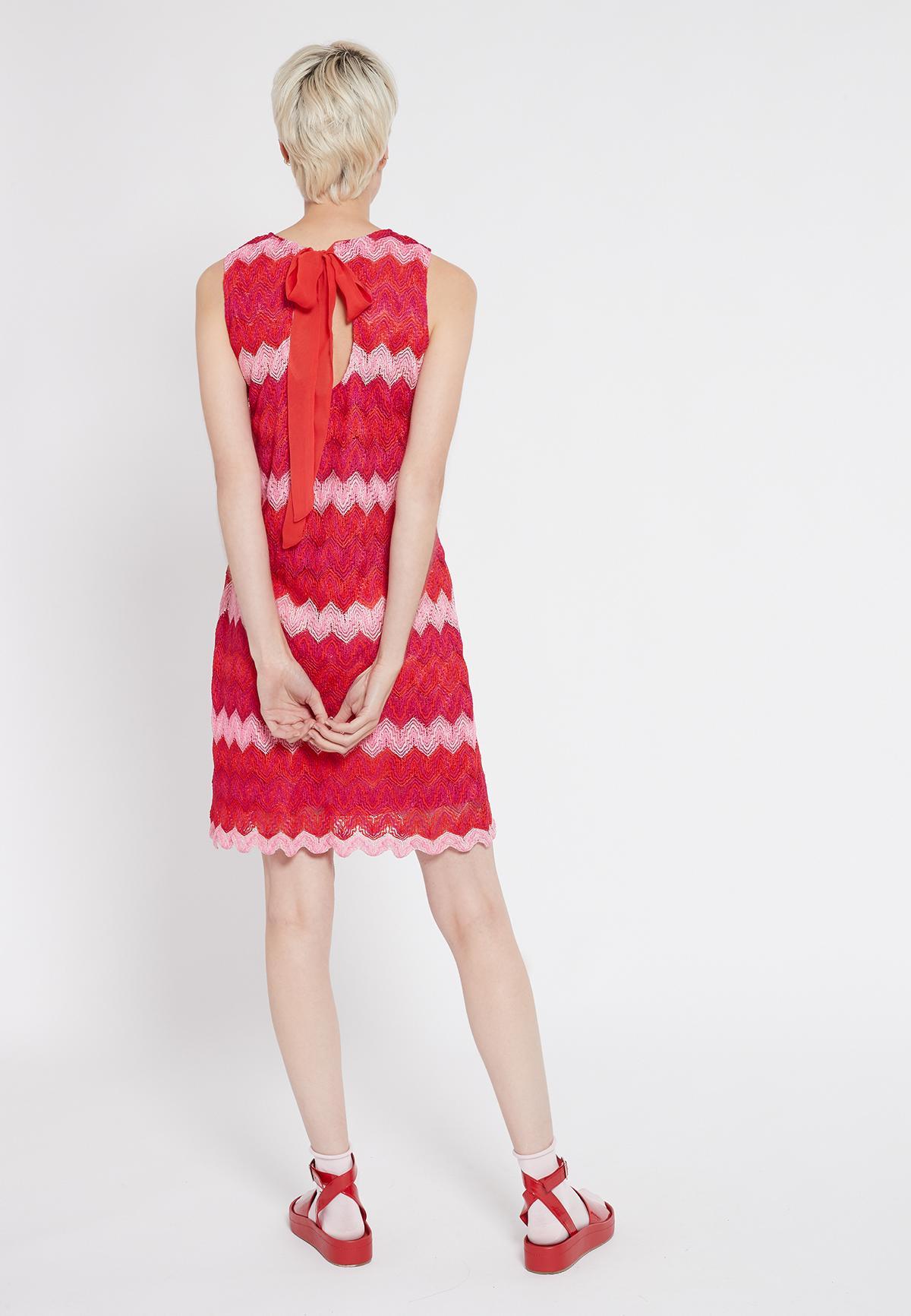 Rückansicht von Ana Alcazar Ärmelloses Kleid Soshky  angezogen an Model