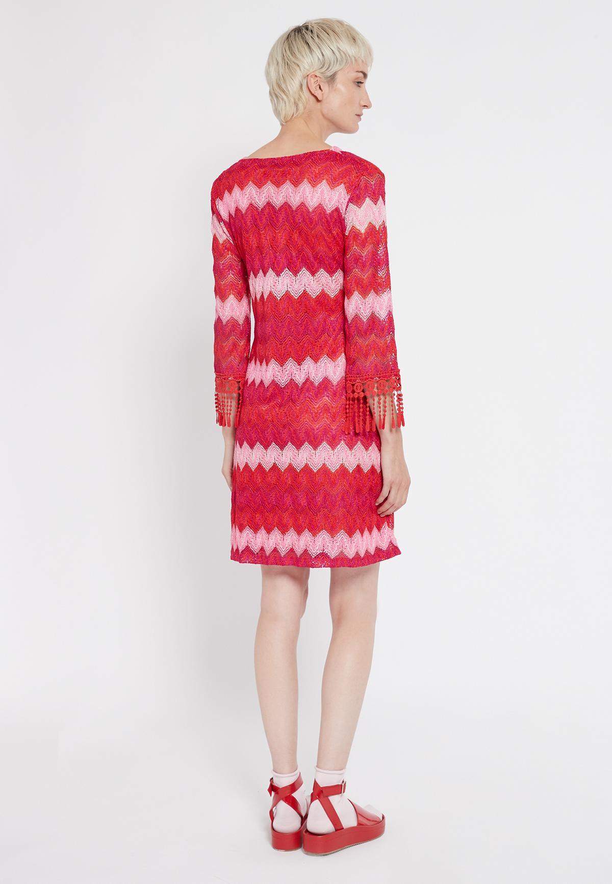 Rückansicht von Ana Alcazar Fransenarm Kleid Soshyma  angezogen an Model