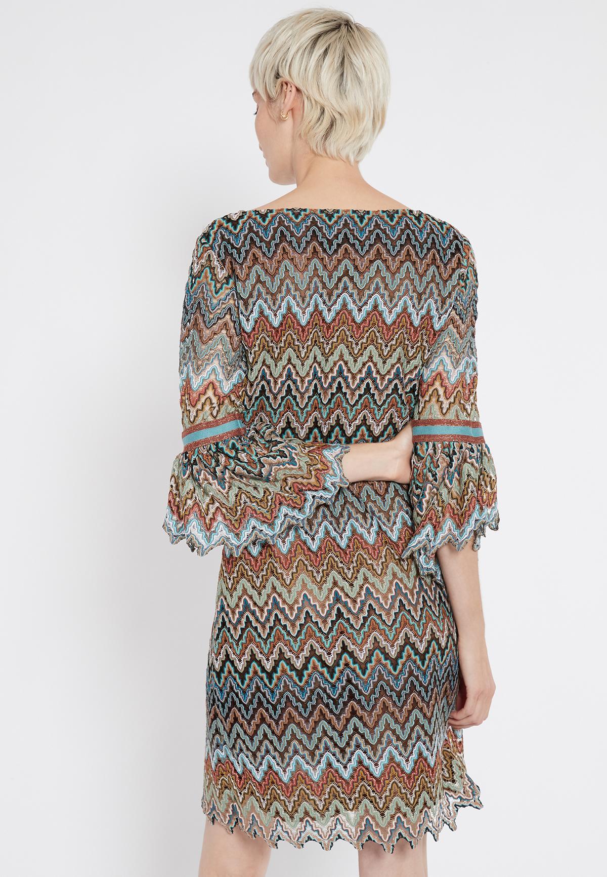 Rückansicht von Ana Alcazar Volantarm Kleid Sosusi  angezogen an Model
