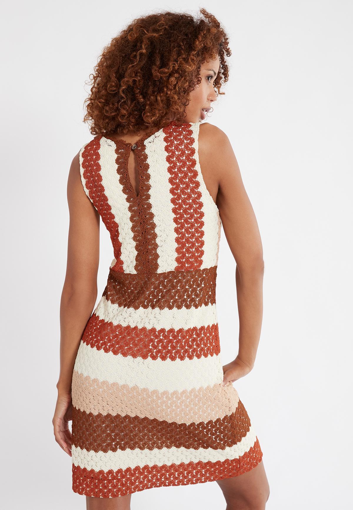Rückansicht von Ana Alcazar Ärmelloses Kleid Sponty  angezogen an Model
