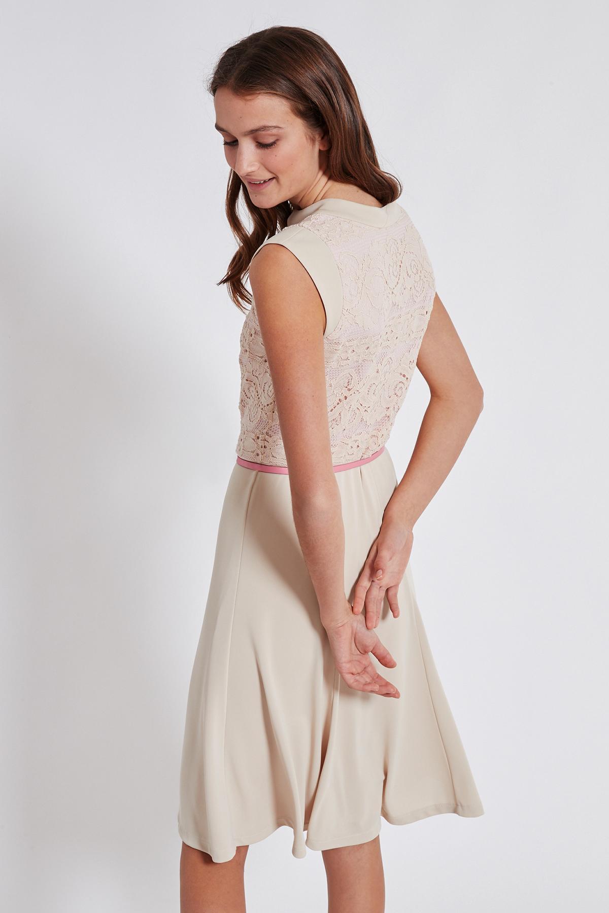 Rückansicht von Ana Alcazar Schwingendes Kleid Taggy  angezogen an Model