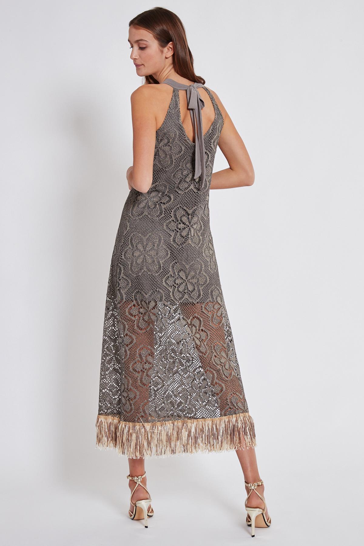 Rückansicht von Ana Alcazar Maxi Kleid Taikla  angezogen an Model