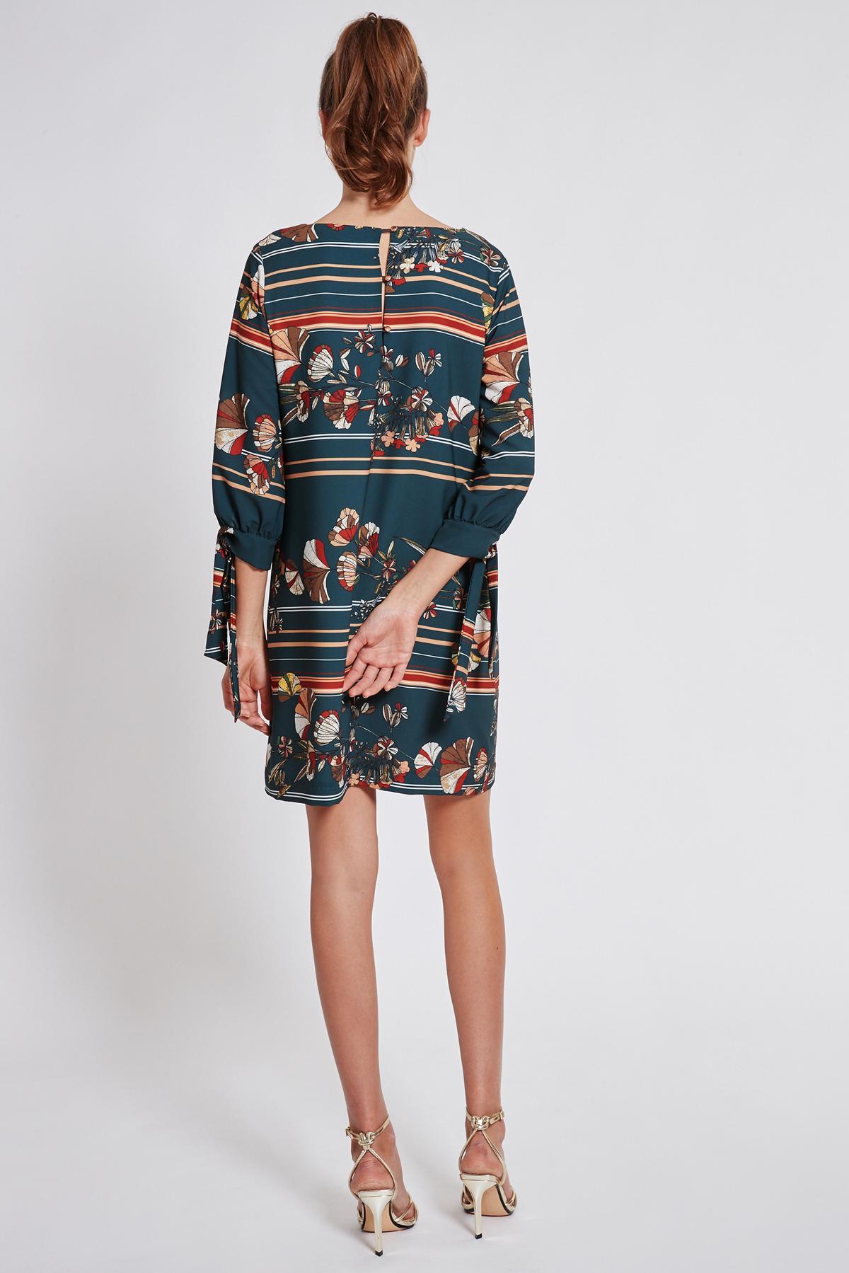 Rückansicht von Ana Alcazar Langarm Kleid Talore  angezogen an Model