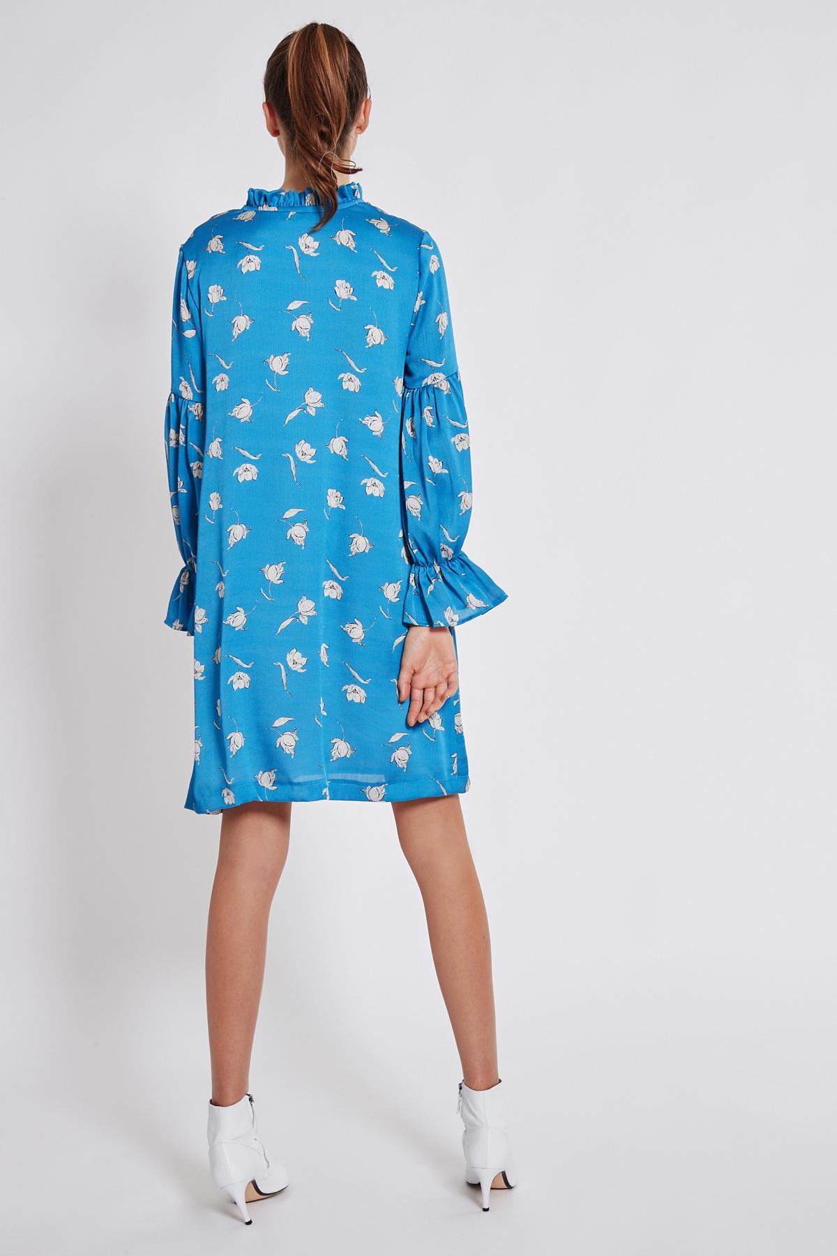 Rückansicht von Ana Alcazar Rüschen Kleid Taros  angezogen an Model