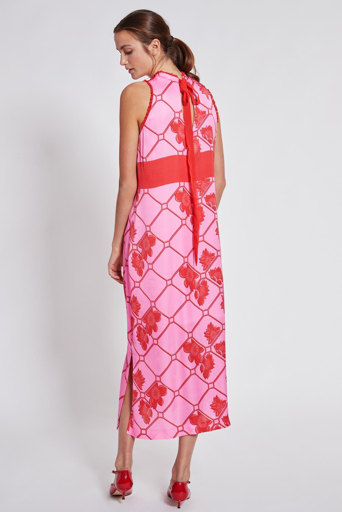 Rückansicht von Ana Alcazar Maxi Kleid Tebone  angezogen an Model