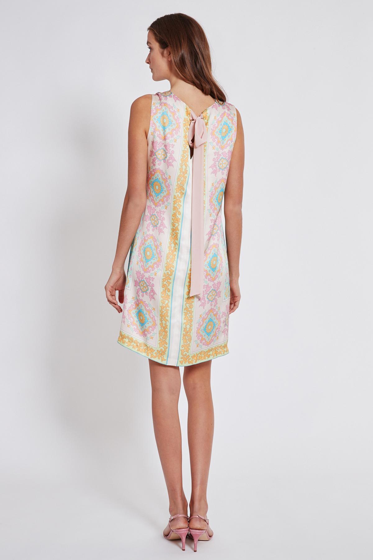 Rückansicht von Ana Alcazar Schleifen Kleid Tedora  angezogen an Model
