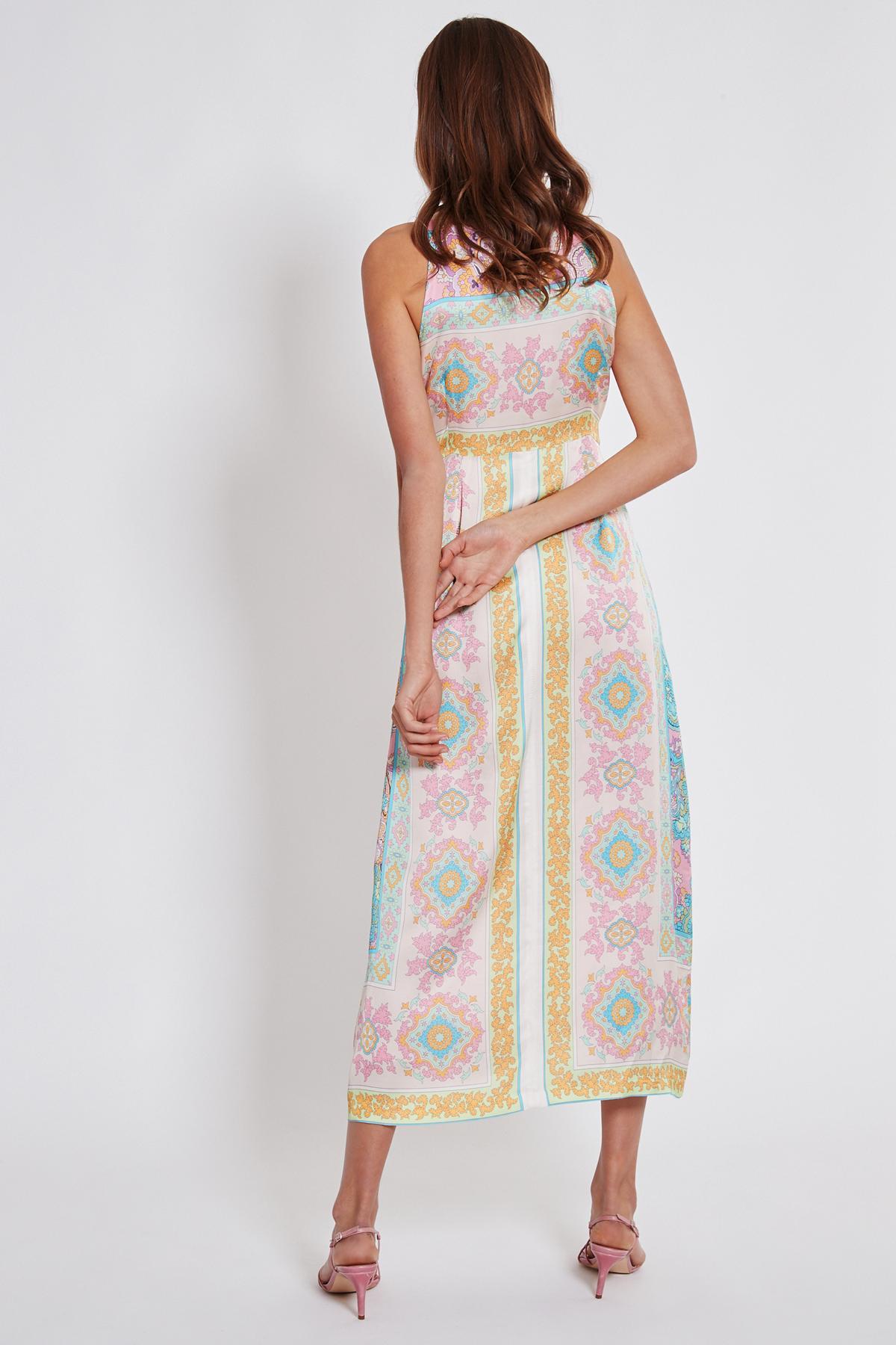 Rückansicht von Ana Alcazar Maxi Kleid Tedi  angezogen an Model