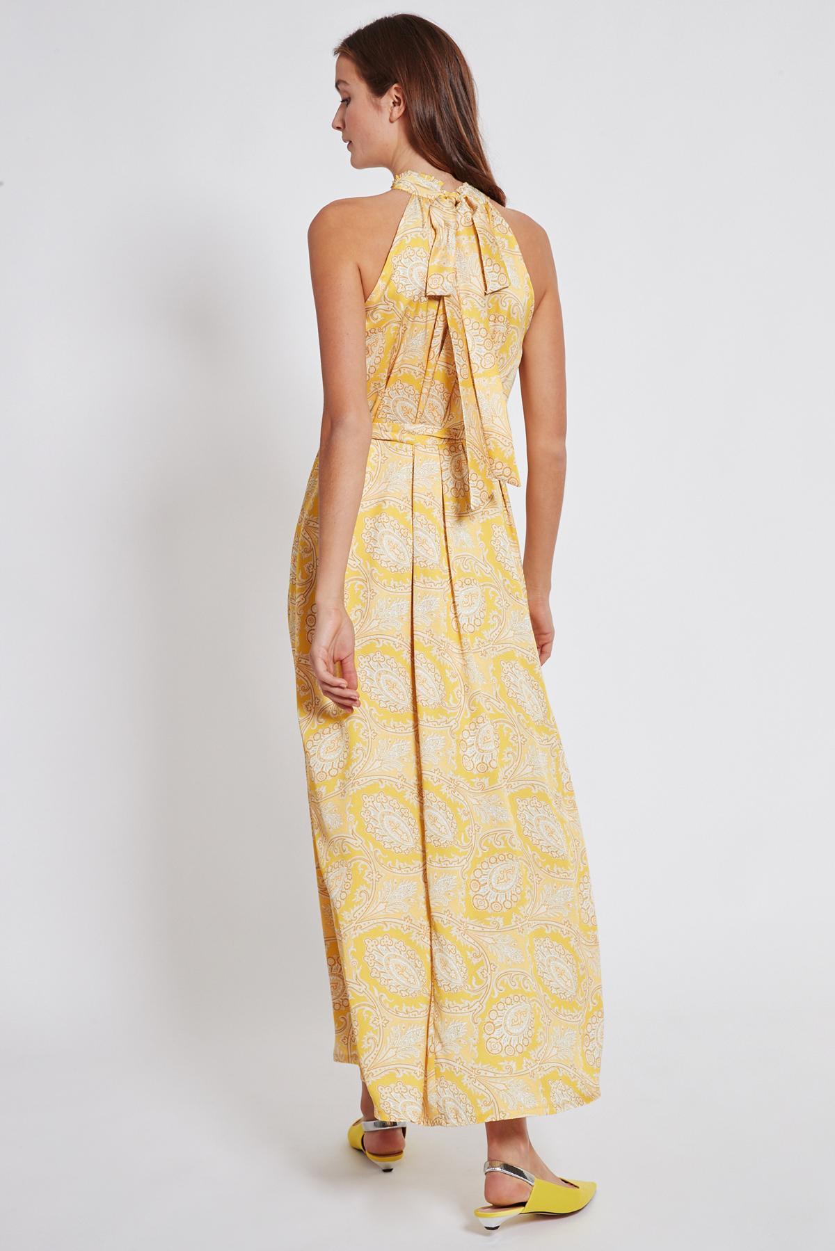 Rückansicht von Ana Alcazar Maxi Kleid Tefamy Gelb  angezogen an Model