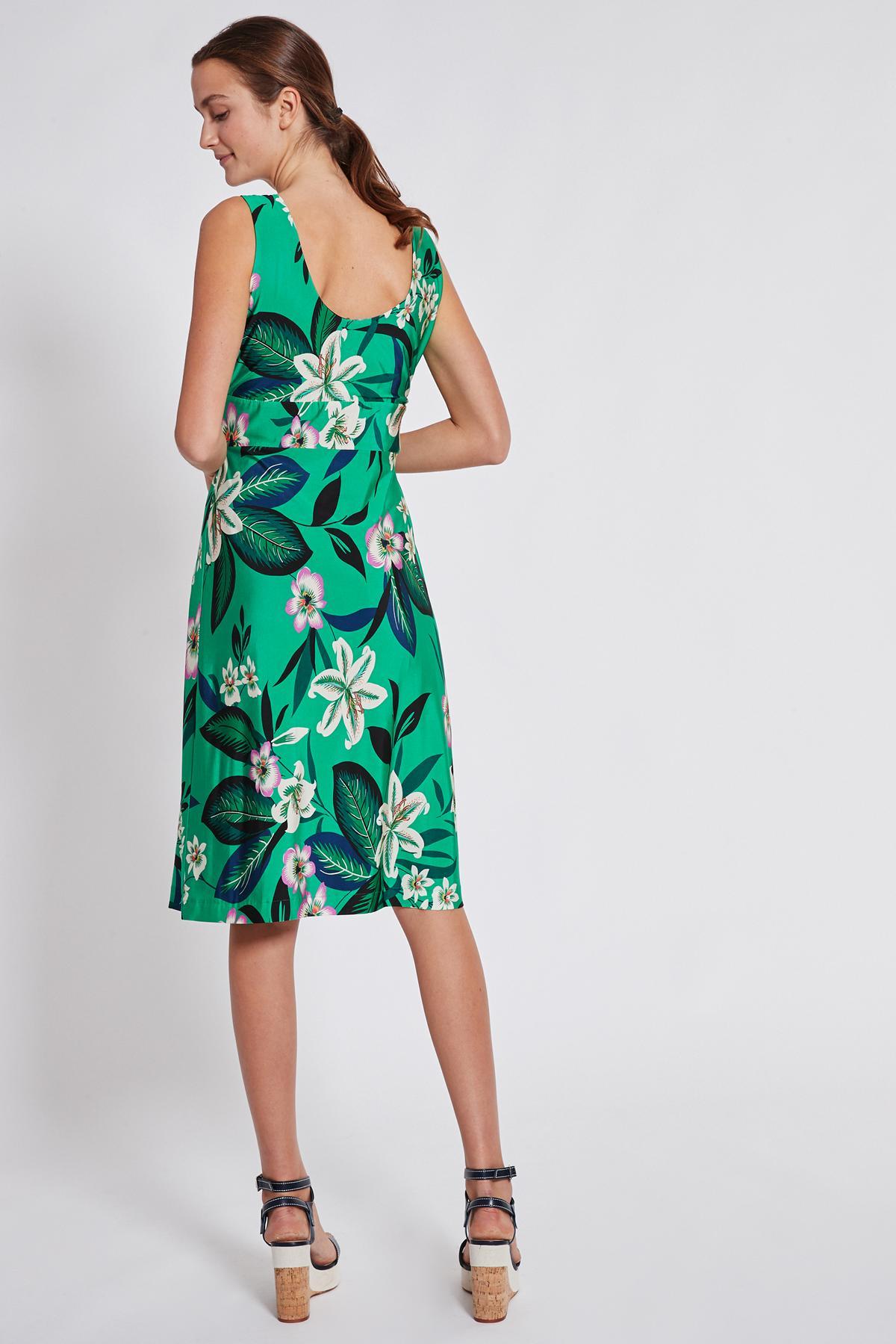 Rückansicht von Ana Alcazar Tailliertes Kleid Temonta  angezogen an Model