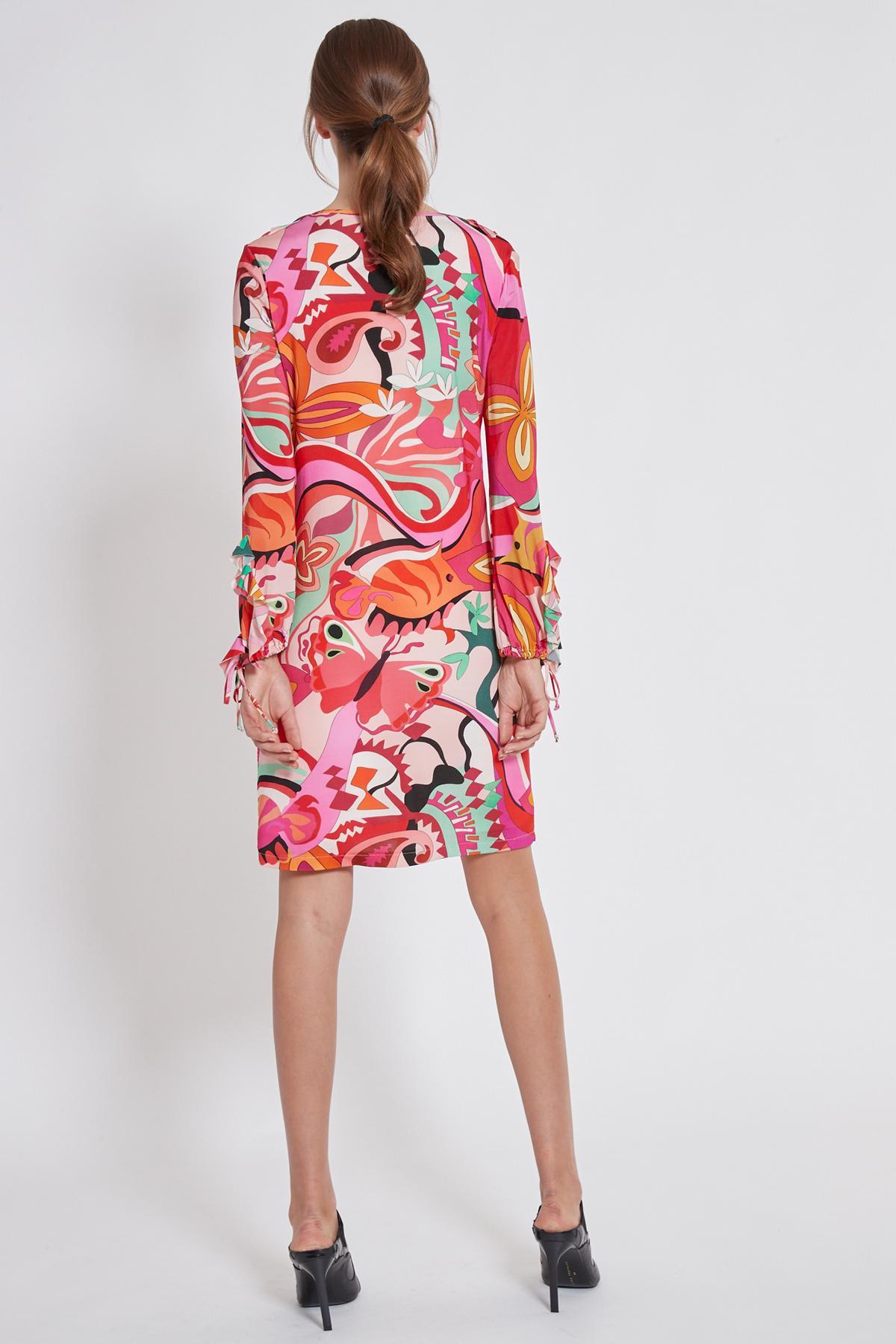 Rückansicht von Ana Alcazar Volant Kleid Teraly  angezogen an Model