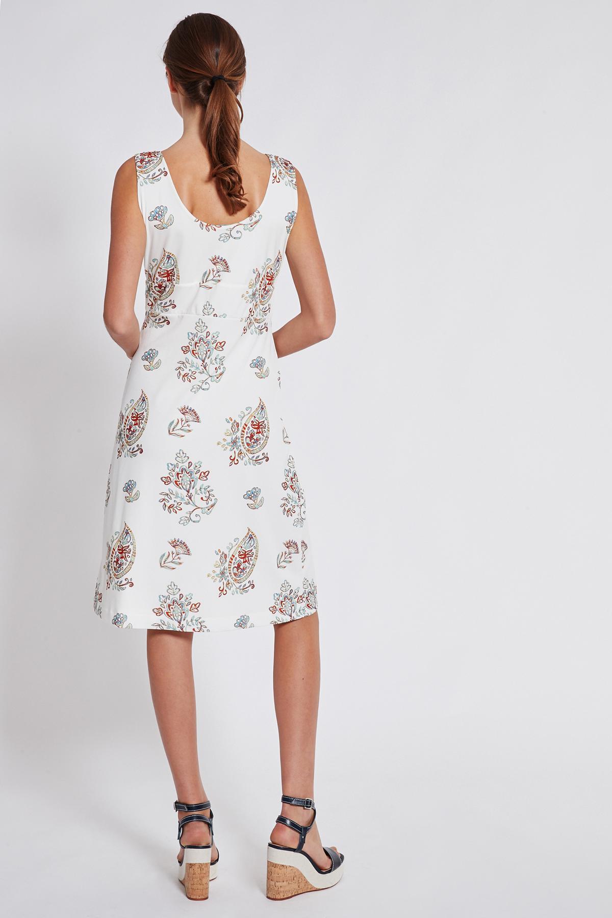 Rückansicht von Ana Alcazar Tailliertes Kleid Tesmy  angezogen an Model