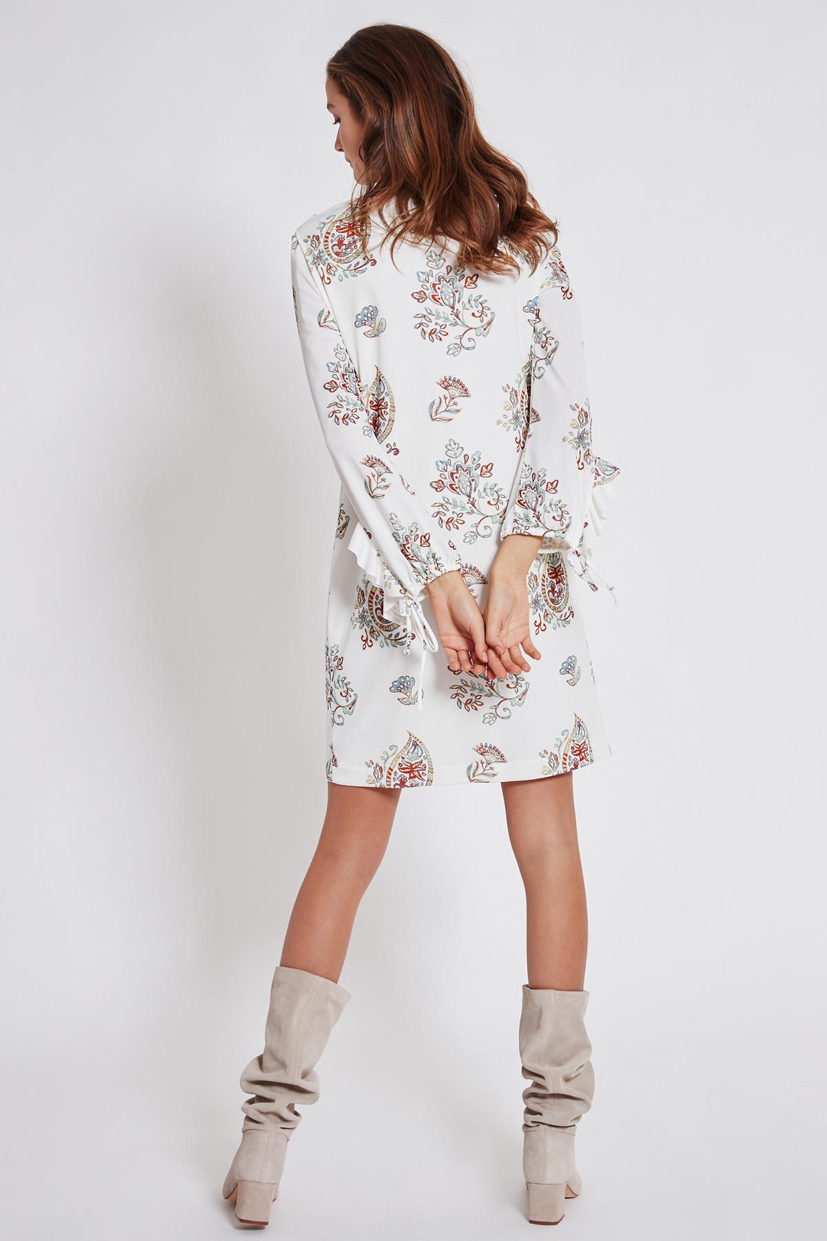 Rückansicht von Ana Alcazar Rüschen Kleid Tesnury  angezogen an Model
