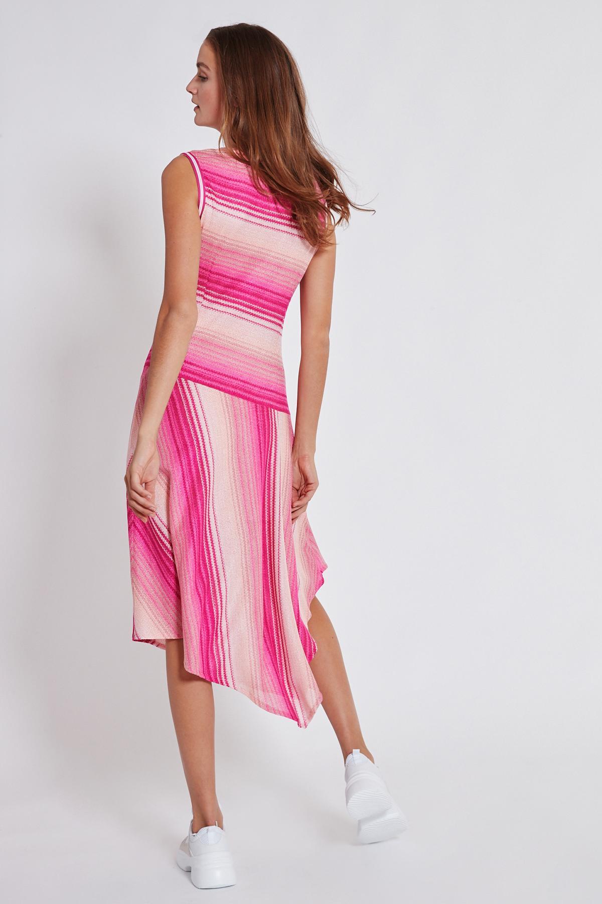 Rückansicht von Ana Alcazar Asymmetrisches Kleid Tosaly  angezogen an Model