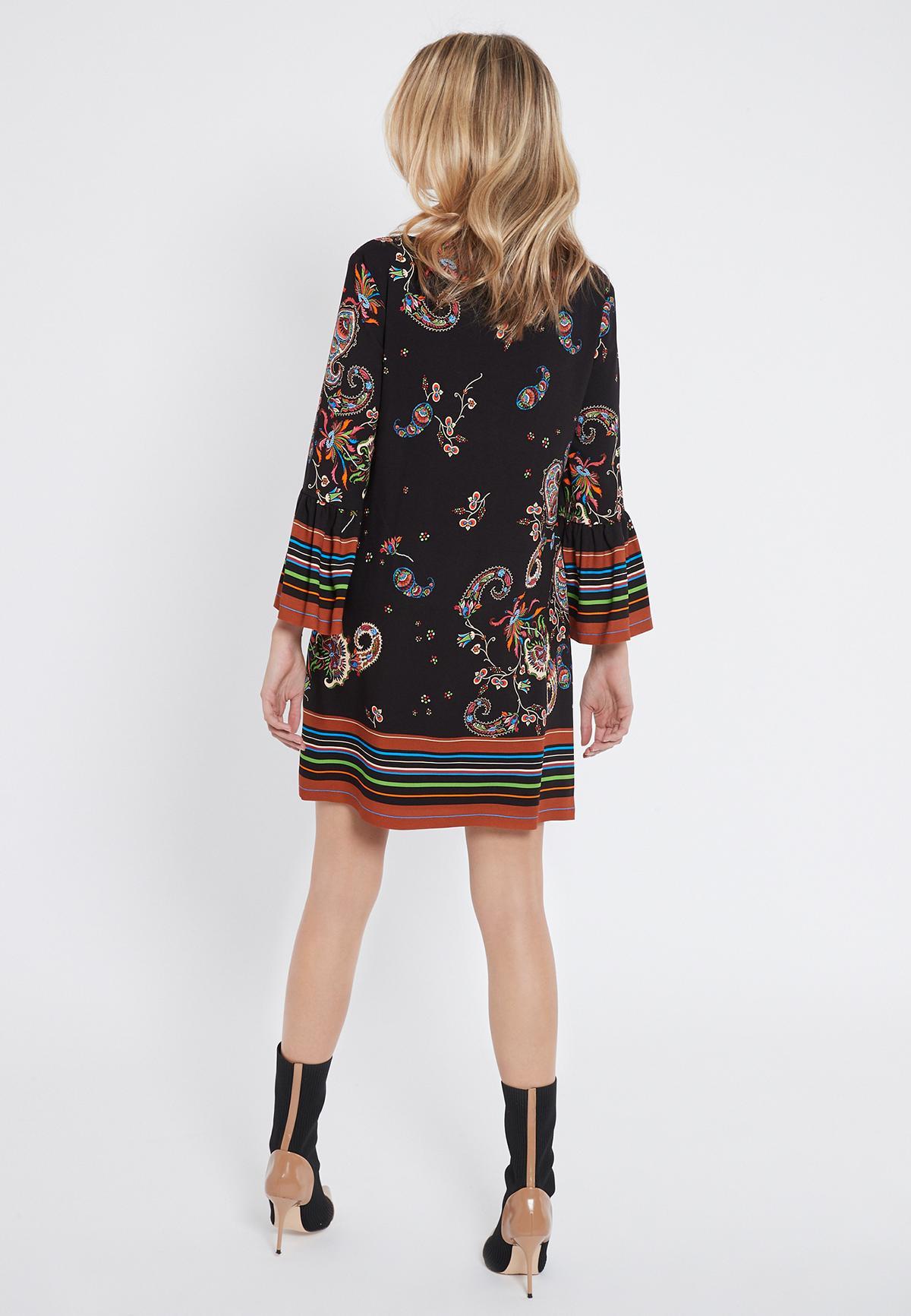 Rückansicht von Ana Alcazar Print Kleid Vadane  angezogen an Model