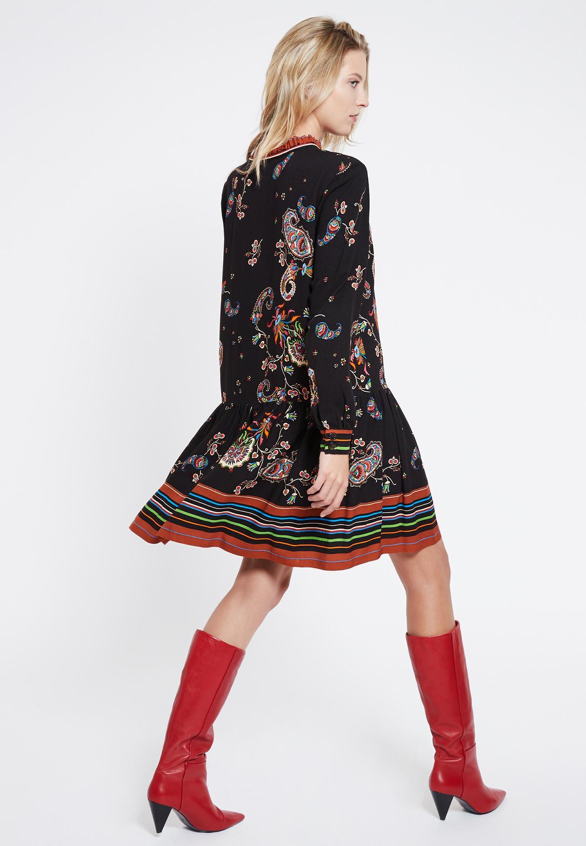 Rückansicht von Ana Alcazar Boho Kleid Vadary  angezogen an Model