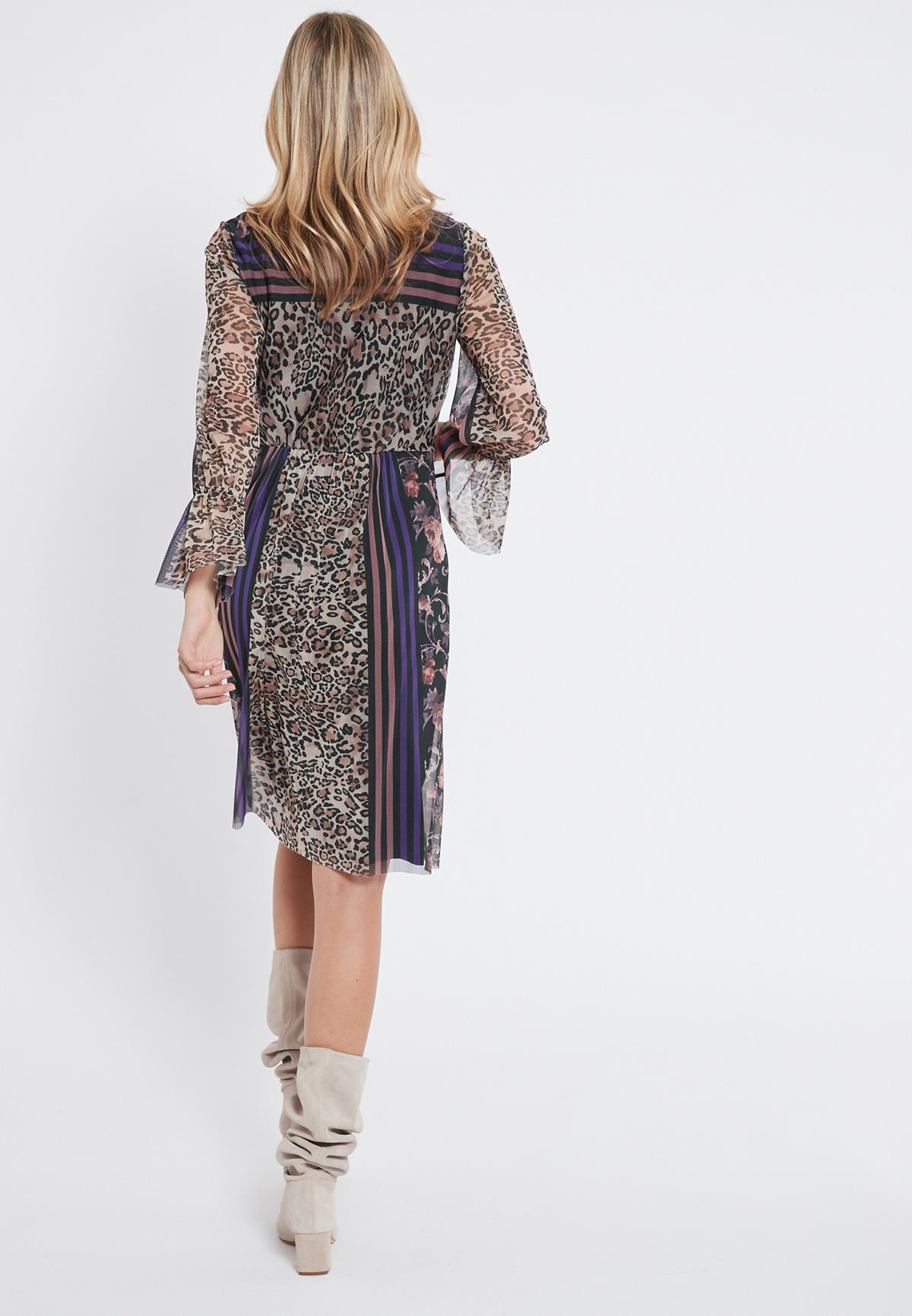 Rückansicht von Ana Alcazar Romantik Kleid Vormaly  angezogen an Model