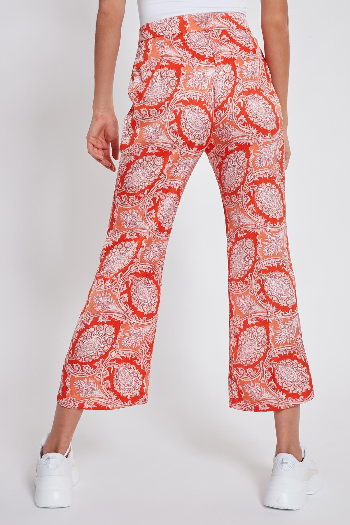 Rückansicht von Ana Alcazar Cropped Hose Tefris Rot  angezogen an Model