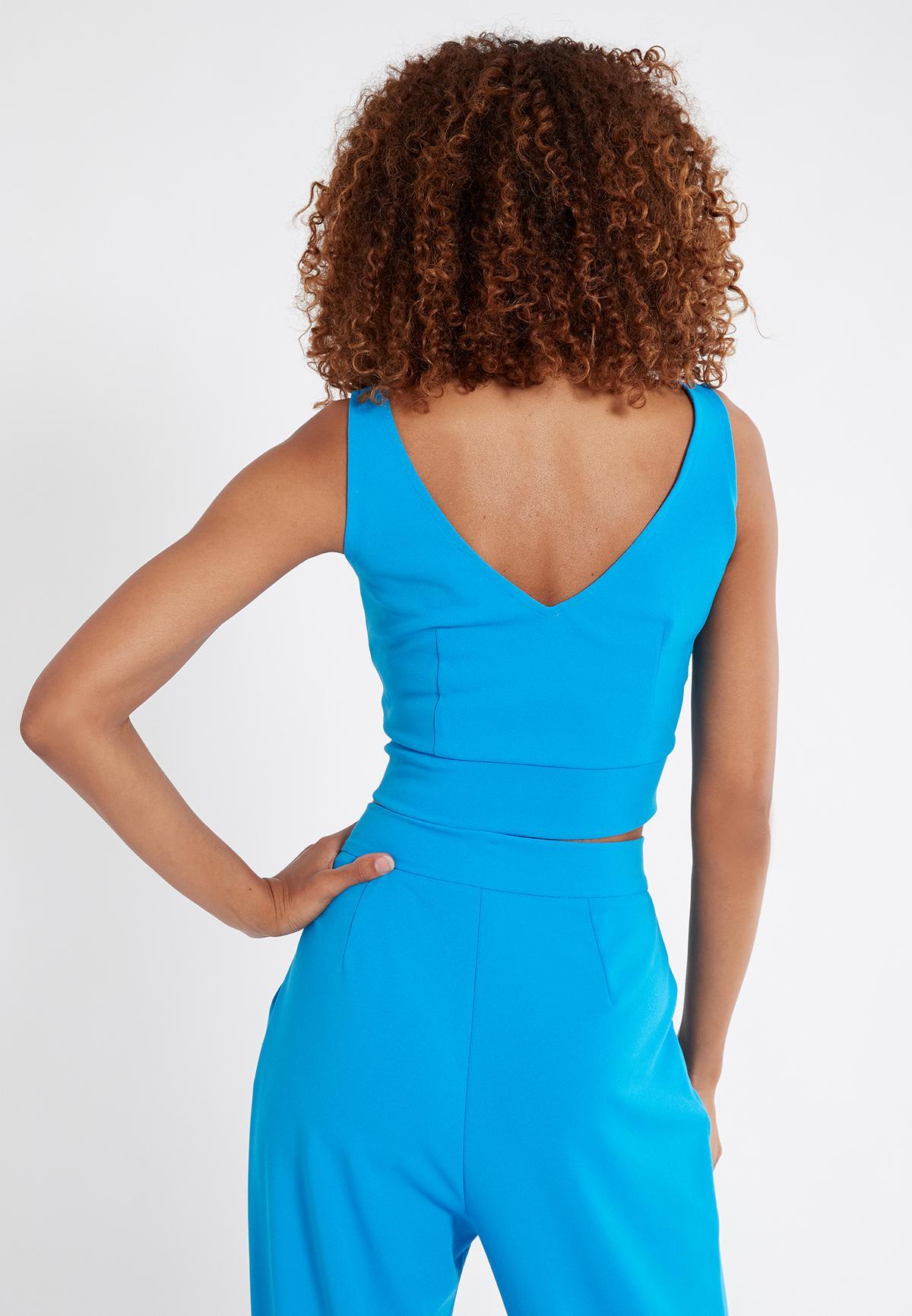Rückansicht von Ana Alcazar V-Top Saxis Blau  angezogen an Model