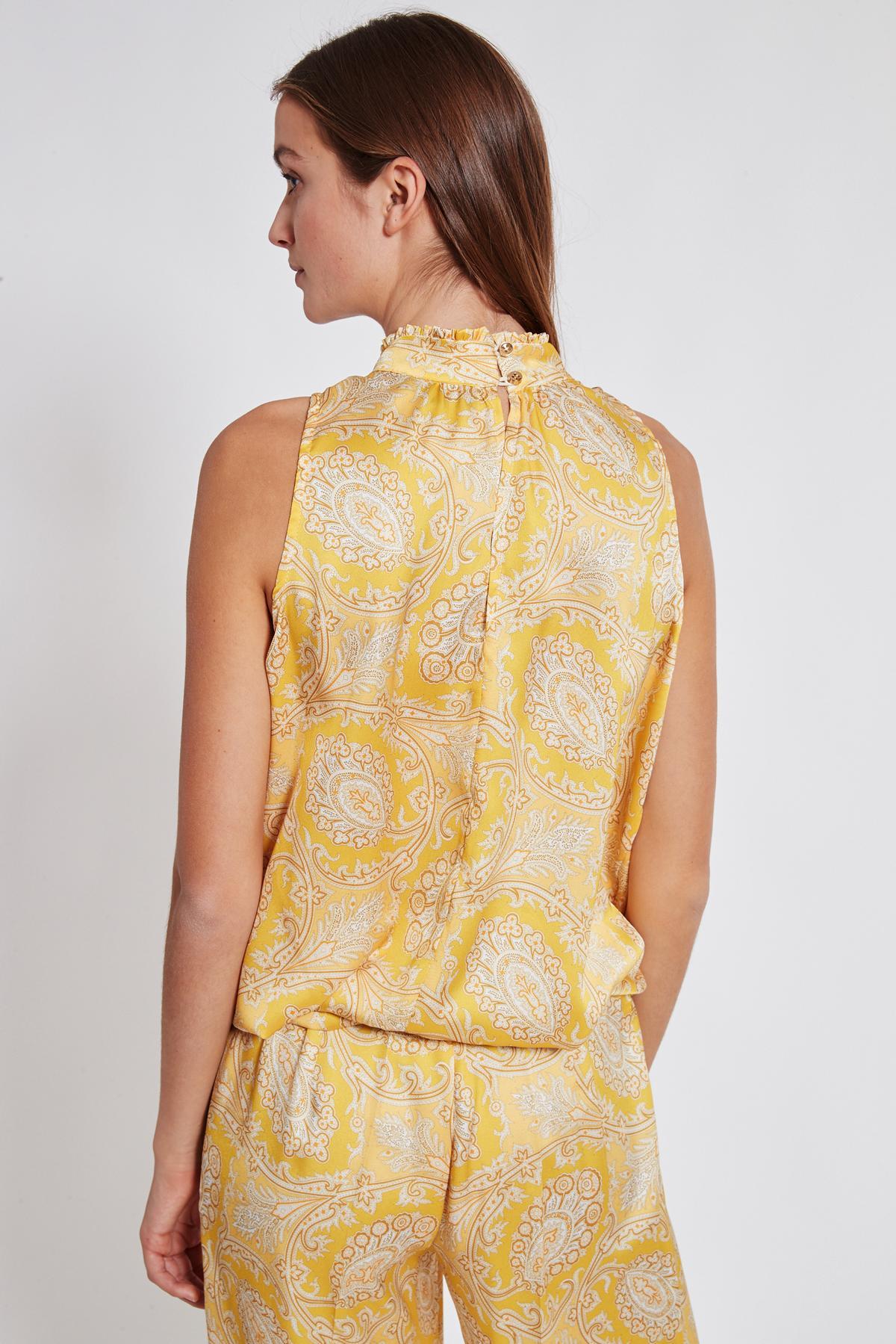 Rückansicht von Ana Alcazar Paisley Top Tefsinke Gelb  angezogen an Model