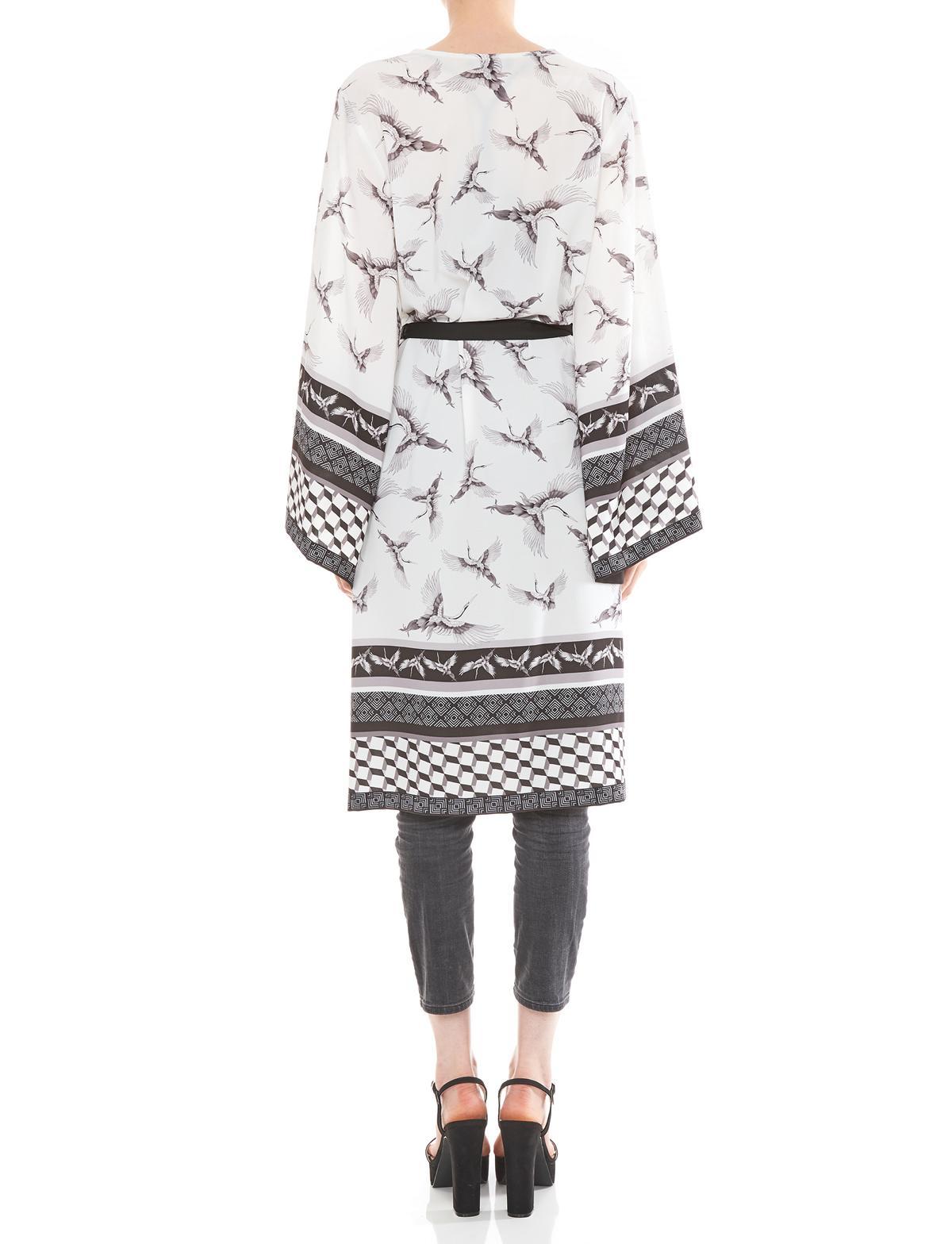 Rückansicht von Ana Alcazar Kimono Meybel White  angezogen an Model