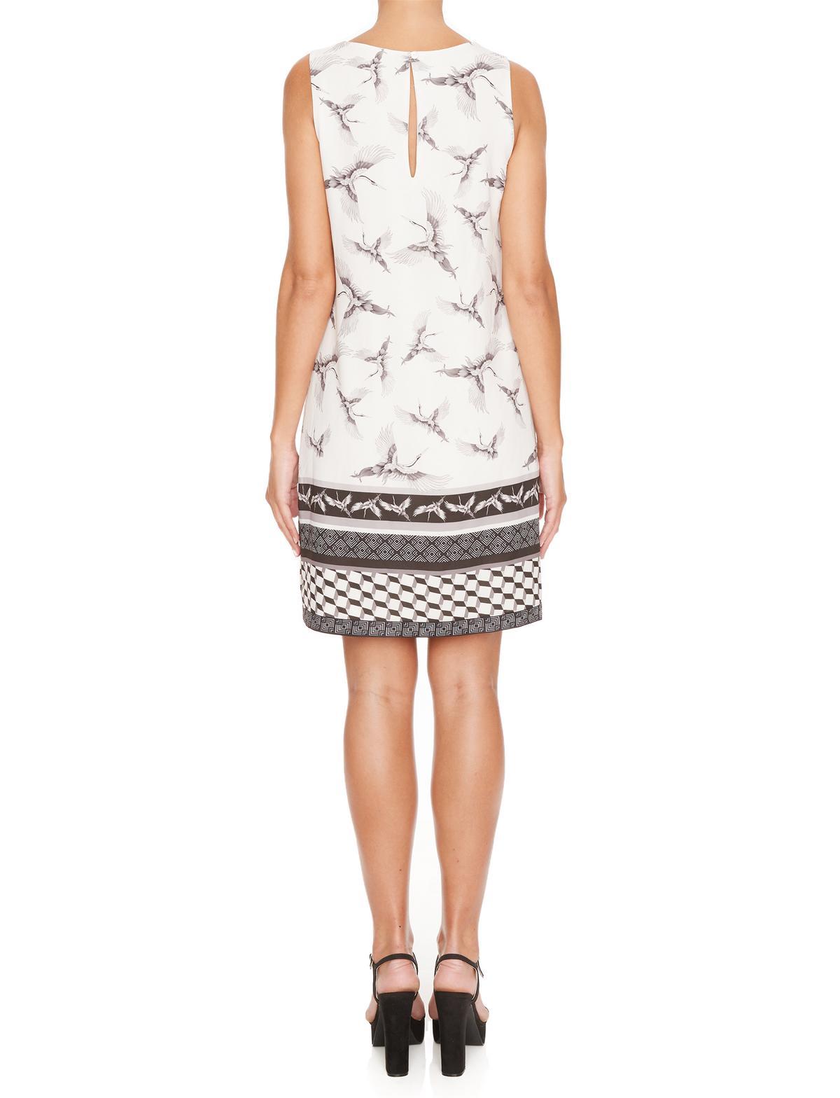 Rückansicht von Ana Alcazar A-Linien Kleid  Meilea White  angezogen an Model