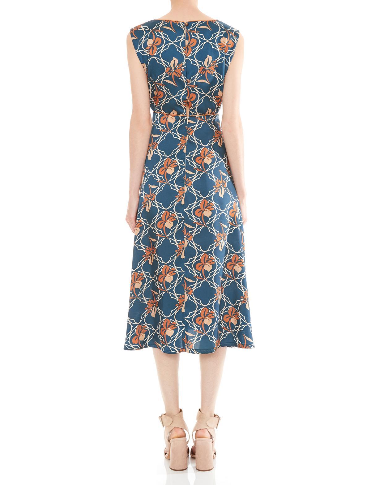 Rückansicht von Ana Alcazar Midi Kleid Manexis  angezogen an Model