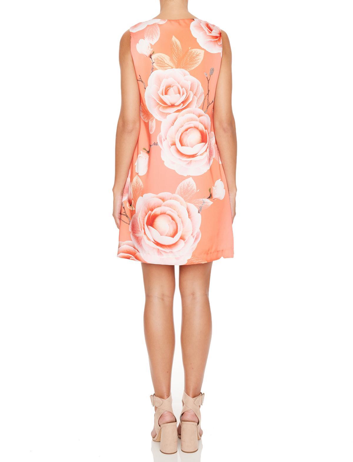 Rückansicht von Ana Alcazar Limited Edition Rüschenkleid Malibe  angezogen an Model