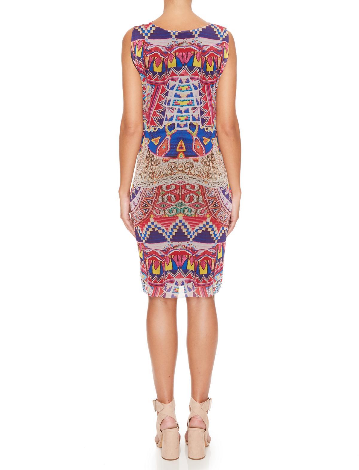 Rückansicht von Ana Alcazar Etui Kleid Melibessa  angezogen an Model
