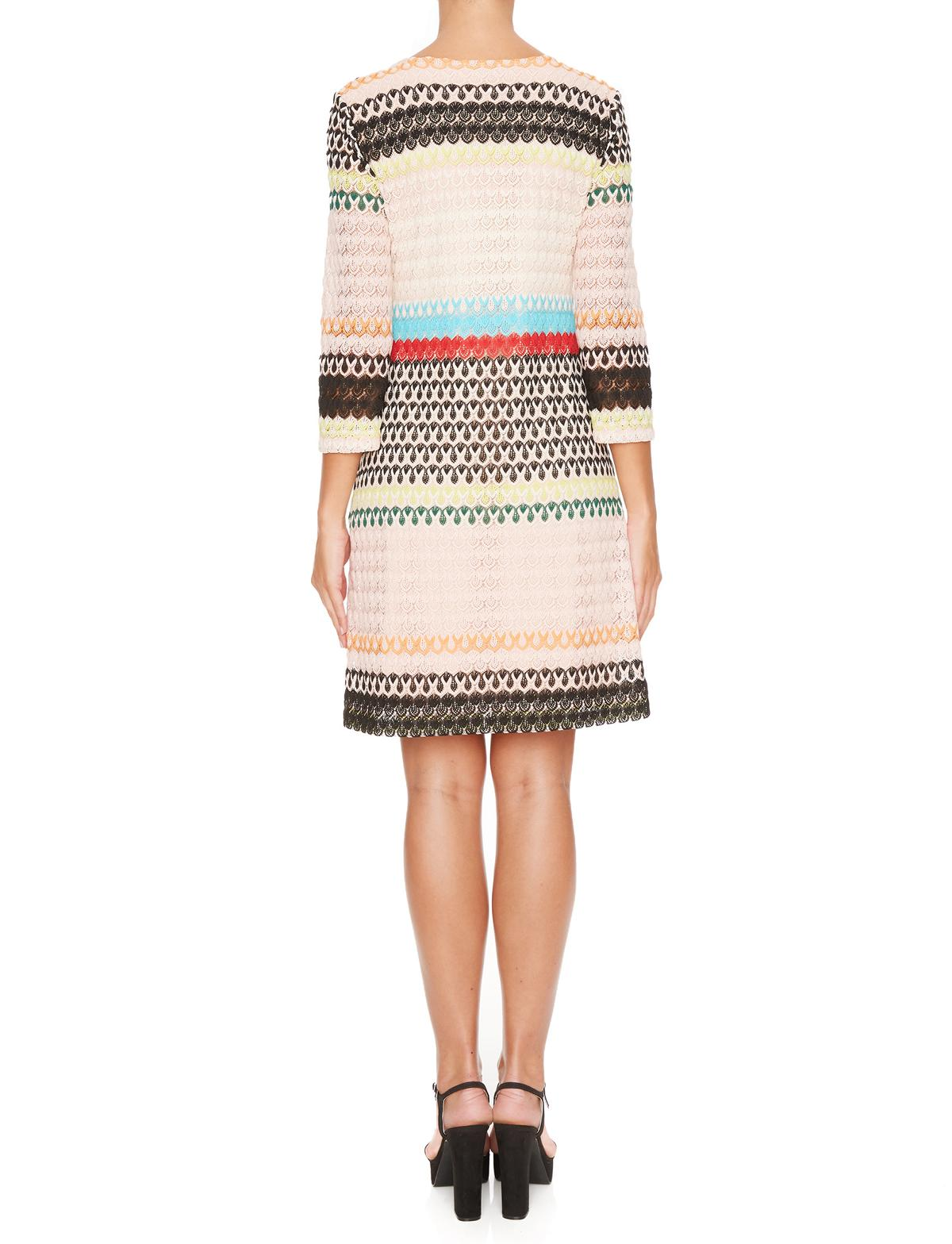 Rückansicht von Ana Alcazar Empire Kleid Mimikena  angezogen an Model