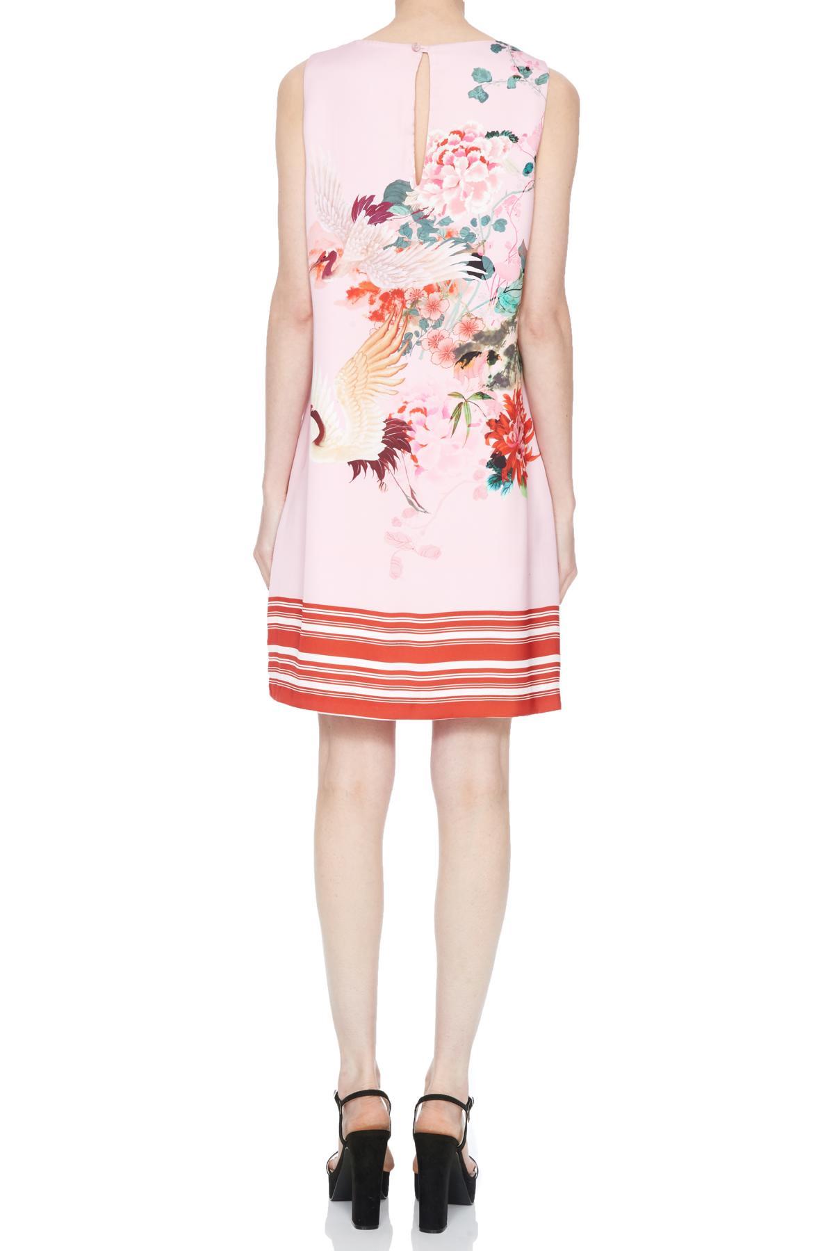 Rückansicht von Ana Alcazar A-Linen Kleid Nea  angezogen an Model