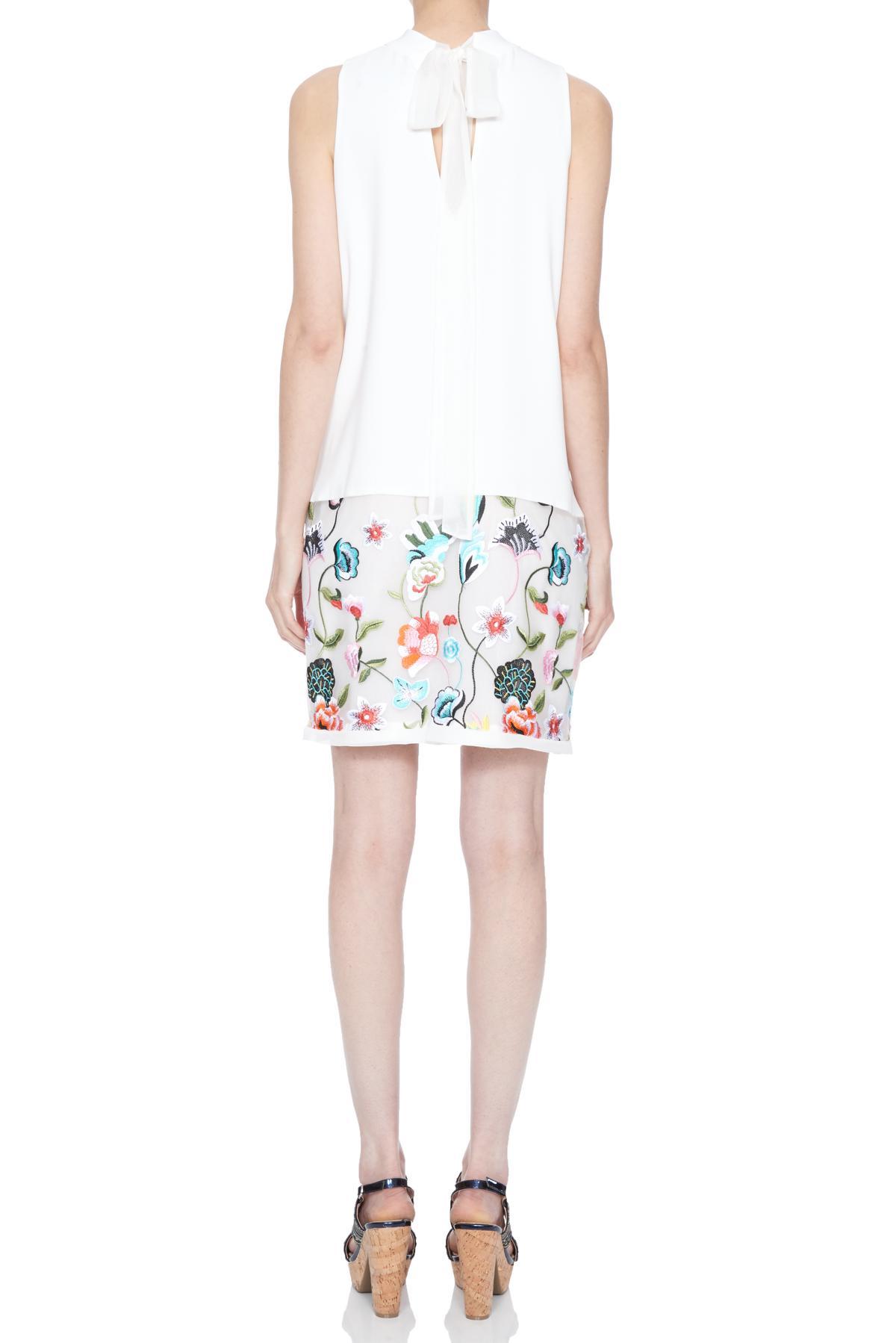 Rückansicht von Ana Alcazar Besticktes Kleid Nusaya  angezogen an Model