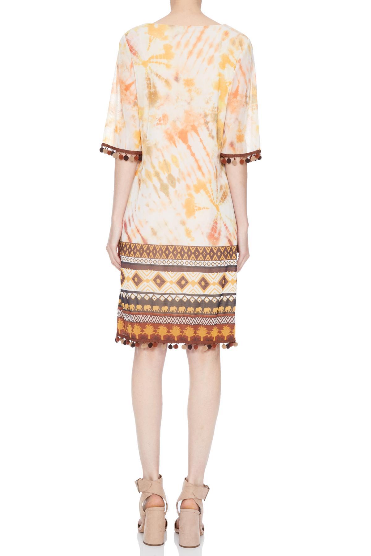 Rückansicht von Ana Alcazar Limited Edition Kurzarmkleid Nakea  angezogen an Model
