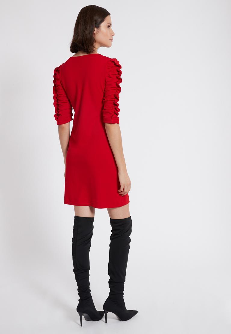 Rückansicht von Ana Alcazar Kleid mit Raffung Peane Rot  angezogen an Model