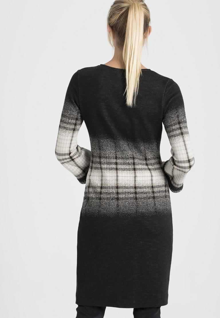 Rückansicht von Ana Alcazar Langarm-Kleid Paranda  angezogen an Model