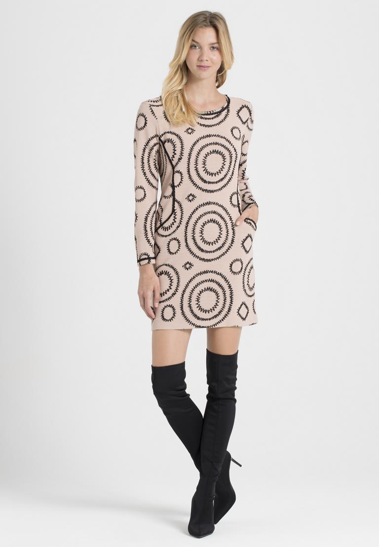 Achteraanzicht van Ana Alcazar Casual Jurk Perlita Zwart  gedragen per model