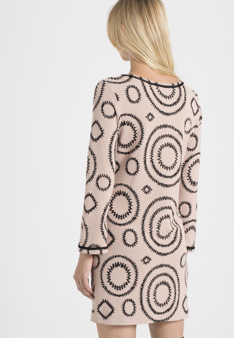 Rückansicht von Ana Alcazar Casual Kleid Perlota Rose  angezogen an Model