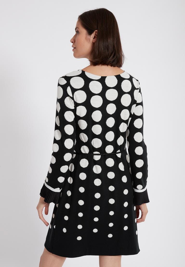 Rückansicht von Ana Alcazar Langarm-Kleid Priya Schwarz-Weiß  angezogen an Model