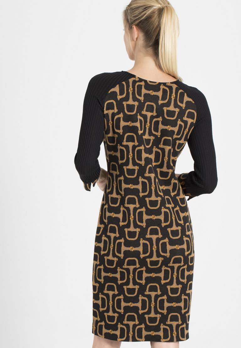 Rückansicht von Ana Alcazar Mix Kleid Petony  angezogen an Model