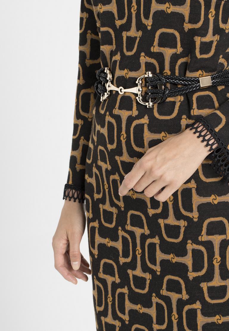 Rückansicht von Ana Alcazar Kleid mit Gürtel Petonna  angezogen an Model
