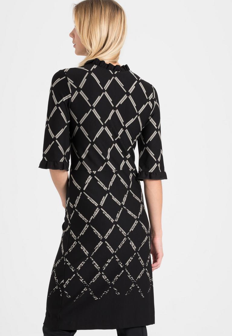 Rückansicht von Ana Alcazar V-Ausschnitt Kleid Pranara Schwarz-Weiß  angezogen an Model