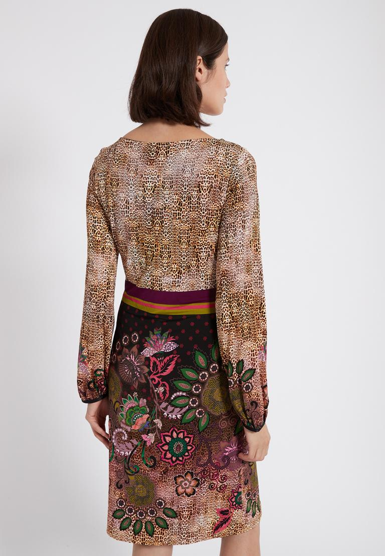 Rückansicht von Ana Alcazar Langarm-Kleid Phadary  angezogen an Model